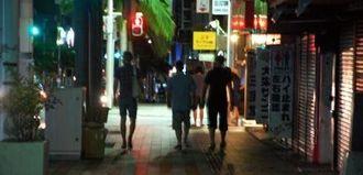 那覇市の国際通りにあるクラブから出てきた米兵ら=2015年6月