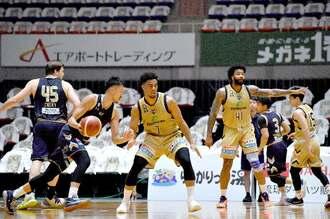 無観客の中、白熱した実戦練習をするキングクスの選手たち=21日、沖縄市体育館(下地広也撮影)