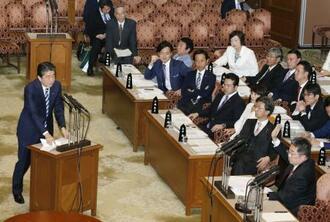 参院予算委で共産党の小池晃氏(右下)の質問に答える安倍首相。上は財務省の太田充理財局長=19日午後