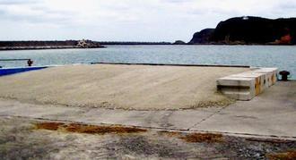 港内に造成されたスロープ。接岸した船への石材積み込みに使うとみられる=12日午後3時ごろ、国頭村奥