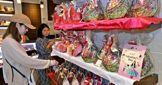 バレンタインデーのチョコレートを選ぶ女性=13日、那覇市久茂地・エーデルワイス沖縄デパートリウボウ店