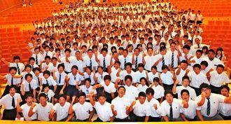 全国高校総体の健闘を誓い気勢を上げる県選手団=浦添市・てだこホール
