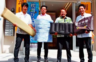 協同組合の設立を決めた県内の寝具製造・販売の業者4社のメンバー=浦添市屋富祖・眠りの駅浦添店