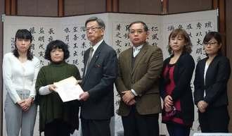 翁長雄志知事(左から3人目)に12万を超える署名数を報告した緑ヶ丘保育園父母会の宮城智子会長(同2人目)ら=県庁