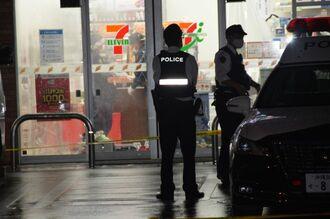 コンビニ店従業員が男に襲われた現場店舗を調べる捜査員=30日午前6時ごろ、与那原町与那原
