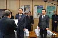「沖縄県民も国民ではないのか」 オスプレイ再開、副知事が国に抗議