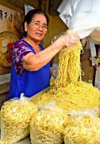 10月17日は「沖縄そばの日」 大量の麺に観光客も興味