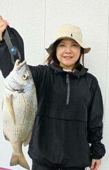 海中道路で43.7センチ、1.34キロのチヌを釣った古謝なぎささん=21日