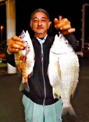 屋我地海岸で50センチ、2・58キロのチンシラーを釣った宮里勇人さん=19日