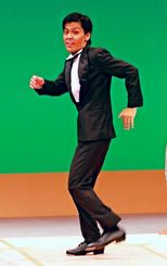 復帰公演で元気なタップダンスを披露する小波津正光=浦添市・国立劇場おきなわ