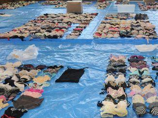 首里悟容疑者の自宅から押収した約1700点の女性用下着など=19日、うるま署