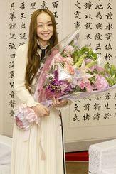 県職員から贈られた花束を手に笑顔を見せる安室奈美恵さん=5月23日、沖縄県庁
