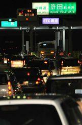 行楽客らの車で渋滞する沖縄自動車道許田インター=2010年7月、名護市