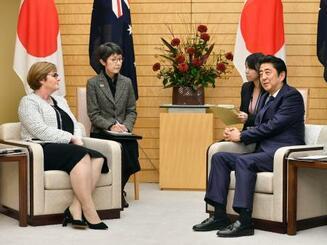 オーストラリアのレイノルズ国防相(左)と会談する安倍首相=21日午後、首相官邸