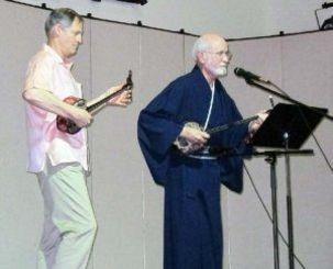 約120人の参加者を前に三線演奏を披露したホイットさん(左)、ジョスリン牧師=アトランタ市郊外