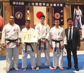 8月に東京で開催された第36回上地流空手道国際大会。フランス選手団と上地哲さん(右)=提供