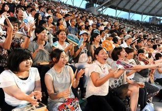 プロの迫力あるプレーに声援を送る観客=28日、沖縄セルラースタジアム那覇(長崎健一撮影)
