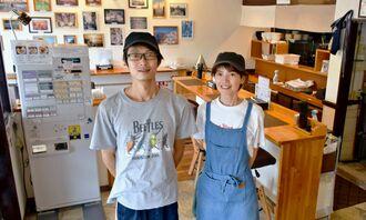 店を切り盛りする柳信理さん(左)と妻の由佳さん。アルバイトを募集している=2日、西原町小橋川