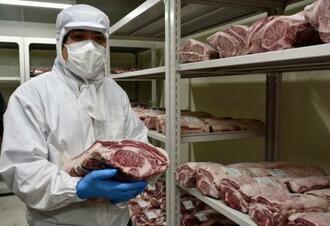 熟成肉を見せる丸善食品の古谷雅弘社長=2日午後、大阪府泉佐野市