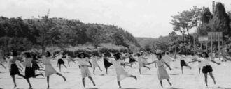 運動会の練習をしているとみられる山田小学校の当時の女子児童(いずれもドン・キューソンさん提供)
