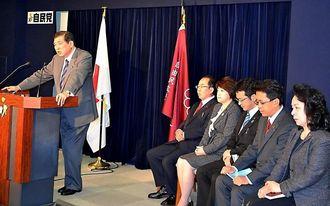 「辺野古」容認に転じたことを明らかにする石破茂幹事長(左)と沖縄関係自民党国会議員の5人=自民党本部