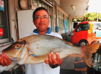 恩納海岸で66.5センチ、4.24キロのタマンを釣った松本玲央成さん=22日