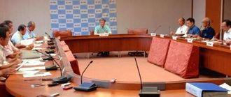 県TPP対策本部会議で今後の対応などについて話し合う本部長の翁長雄志知事(中央)と各部局長ら=8日、県庁