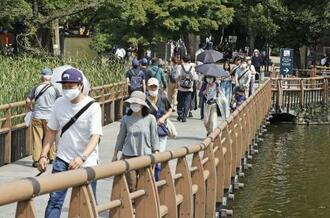 9月の連休に東京・井の頭公園を訪れた人たち。「3密」を避けようと、戸外の行楽地がにぎわった