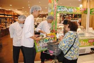 アーサ麺を販売する中部農林高の生徒ら=村、イオンモール沖縄ライカム