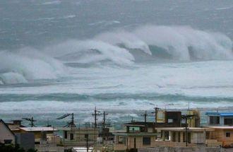 台風19号の影響で高波が打ち寄せる南城市=10日午後5時30分、南城市玉城(伊藤桃子撮影)