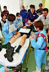 災害時を想定し、救命の処置が必要な患者への対応に当たる職員