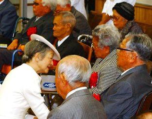 天皇、皇后両陛下は宮古南静園で入園者たちと交流した=2004年1月、宮古島市
