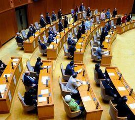 知事の辞任を求める決議を起立採決による賛成多数で可決した県議会=10日午後10時13分