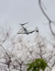 住宅地上空を通過し、米軍普天間飛行場へ向かうオスプレイ=3日午後1時ごろ、宜野湾市野嵩