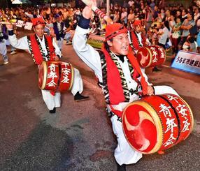 気迫あふれる演舞で観客を沸かせた平安座青年会=22日、うるま市役所本庁舎前(金城健太撮影)