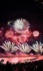 色鮮やかな花火が夜空を飾った琉球海炎祭=13日、宜野湾海浜公園(落合綾子撮影)