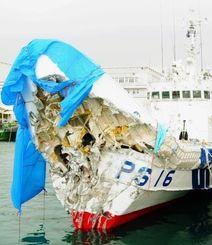 防波堤への衝突で前方部が破損した海上保安本部の巡視船「のばる」=9日午後、宮古島市の平良港