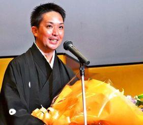 沖縄伝統芸能界からの初受賞を喜ぶ佐辺良和さん=7日、東京・三越劇場