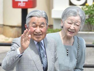 2018年3月、沖縄県の与那国空港で詰め掛けた人たちに笑顔で手を振る両陛下