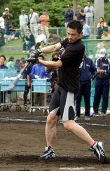 (資料写真)オリックスの宮古島キャンプを訪れ、フリーバッティングで汗を流すイチロー選手=2005年2月6日