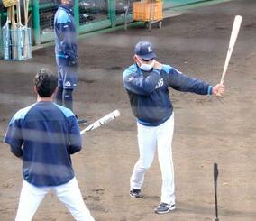 秋季練習で打撃指導する西武・辻監督(右)=カーミニークフィールド