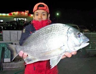 13日、泡瀬海岸で43・5センチ1・3キロのチンシラーを釣ったチーム鱗釣会の仲本等さん
