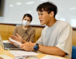「親がいなくなっても夢杏が生きていけるように」と望む仲村翔さん(右)=8月24日、与那原町・沖縄女子短期大学