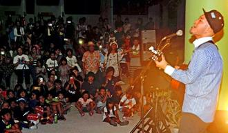 バンド「かりゆし」の前川真悟さん(右)が母校で歌を披露し、生き方を説いた「白川っ子花火まつり」=23日、八重瀬町