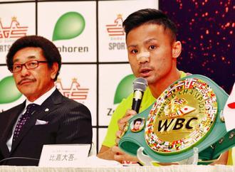 調印式で記者の質問に答える比嘉大吾(右)。左は具志堅用高会長=2日午後、ロワジールホテル那覇