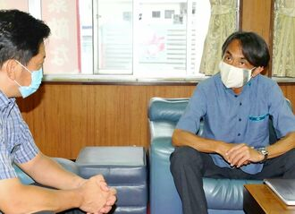 県外直行便の再開方針を中山義隆市長(左)に報告するJTAの青木紀将社長=9日、石垣市役所