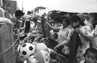 那覇市・平和通りの買い物客=1972年5月13日