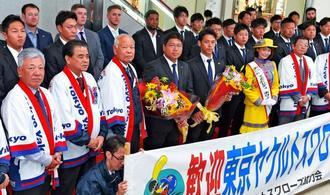 歓迎式で浦添協力会のメンバーと記念撮影に収まるヤクルトの真中満監督(前列左から4人目)と選手たち=30日、那覇空港