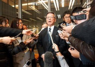 全国知事会議に初めて出席後、記者団の質問に答える翁長知事(中央)=8日、東京・都道府県会館
