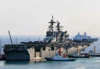 ホワイトビーチに入港した米海軍の強襲揚陸艦「アメリカ」=22日、うるま市(読者提供)